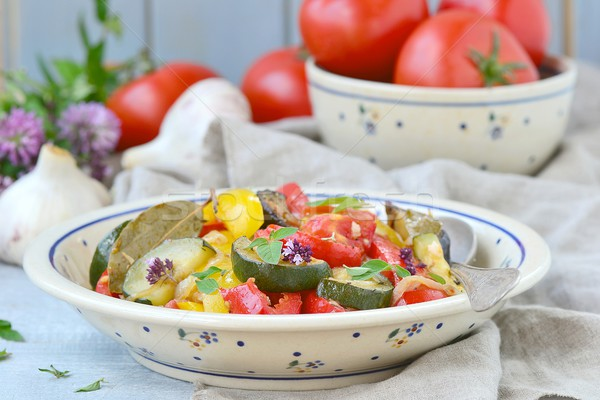 Tradicional francês vegetal ensopado cerâmico prato Foto stock © zoryanchik