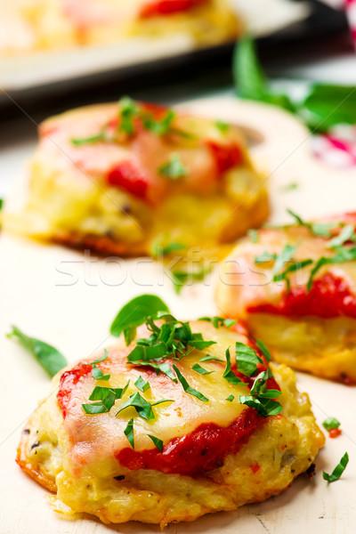 Vegetariano pizza cavolfiore mozzarella salsa di pomodoro messa a fuoco selettiva Foto d'archivio © zoryanchik