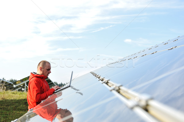 Mannelijke ingenieur werk plaats zonnepanelen man Stockfoto © zurijeta