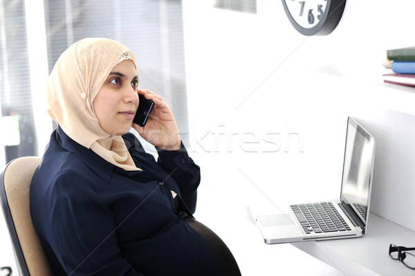 ストックフォト: 妊娠 · ムスリム · アラビア語 · ビジネス女性 · 話し · 電話