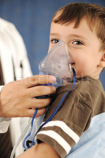 Médico criança máscara respiração hospital feliz Foto stock © zurijeta