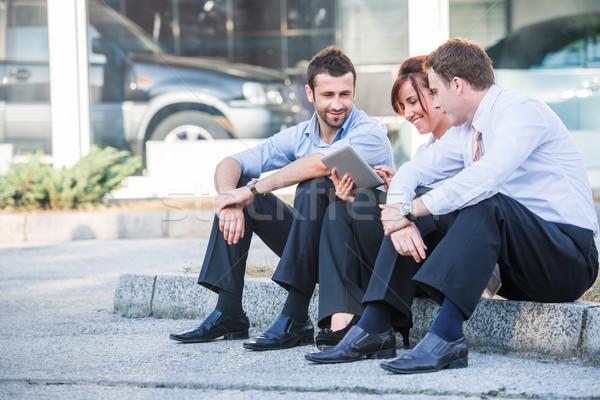 Tre corporate guardando persone marciapiede seduta Foto d'archivio © zurijeta