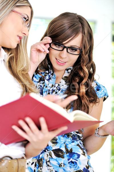 девушки женщину наставник чтение вместе дома Сток-фото © zurijeta