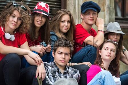 Foto d'archivio: Gruppo · cool · giovani · seduta · fuori · città