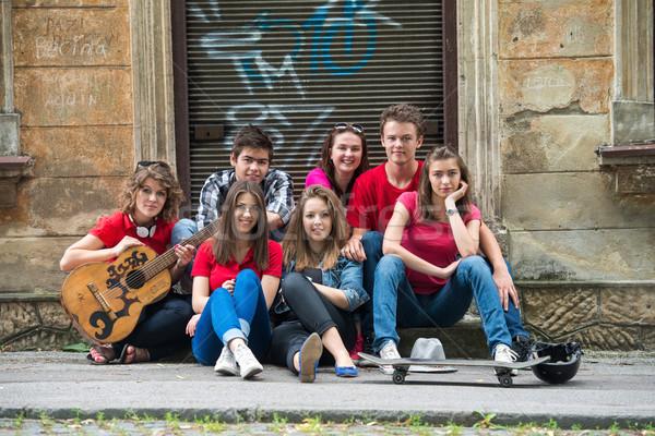 Foto d'archivio: Adolescenti · posa · seduta · strada · città