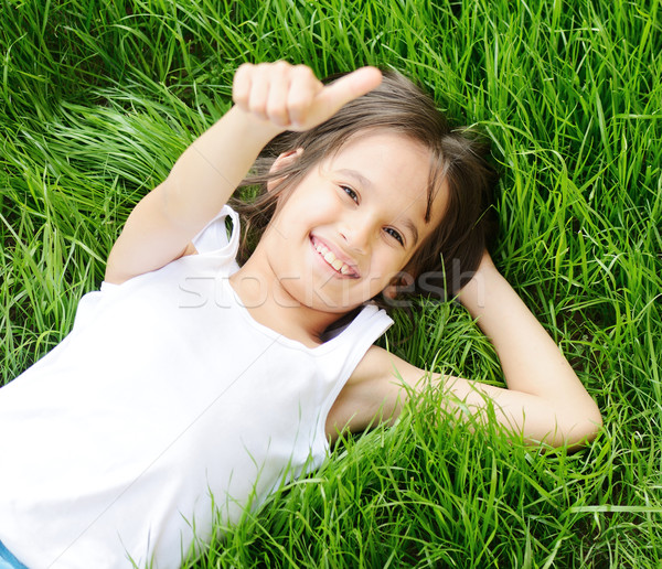 Gelukkig weinig jongen genieten grasveld Stockfoto © zurijeta