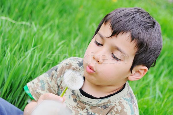 Criança dandelion natureza flor cara Foto stock © zurijeta