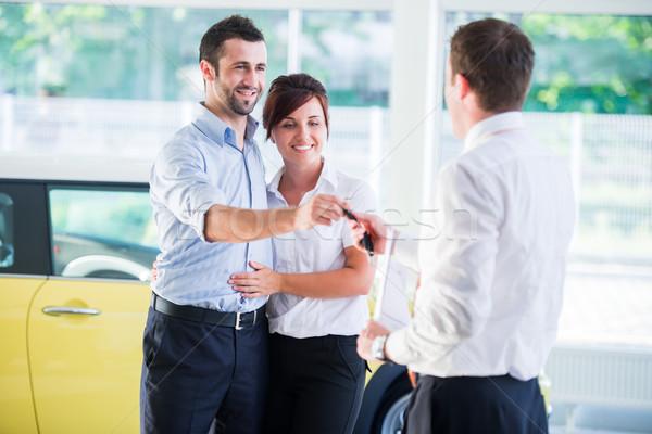 Gülen çift araba anahtarları satıcı araba Stok fotoğraf © zurijeta