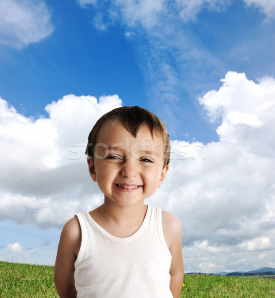 Innocent Kid permanent herbe verte prairie ciel Photo stock © zurijeta