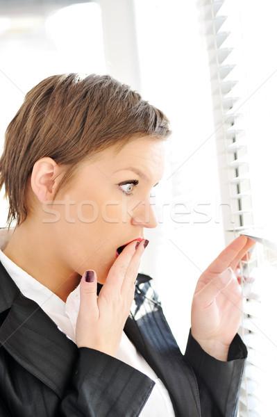 Fiatal nő megrémült néz ablak üzlet kéz Stock fotó © zurijeta