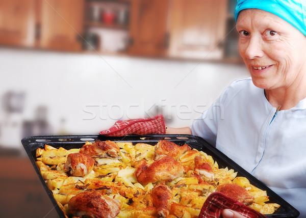 Donne preparato pollo patate cucina cena Foto d'archivio © zurijeta