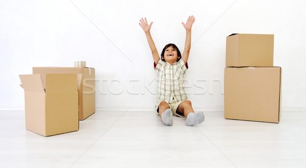 Kicsi fiú szoba költözködő dobozok kezek magasban doboz Stock fotó © zurijeta