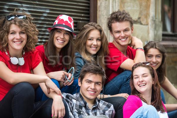 Glimlachend poseren groep straat stad vrienden Stockfoto © zurijeta