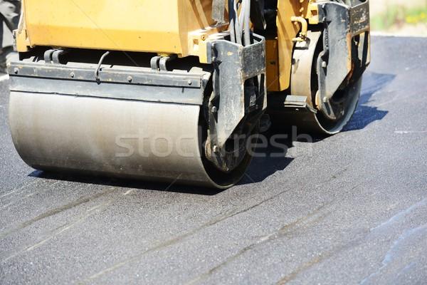Kemény munka aszfalt építkezés férfiak dolgozik út Stock fotó © zurijeta