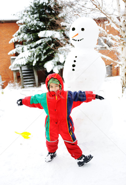 Nino jugando felizmente nieve muñeco de nieve Foto stock © zurijeta