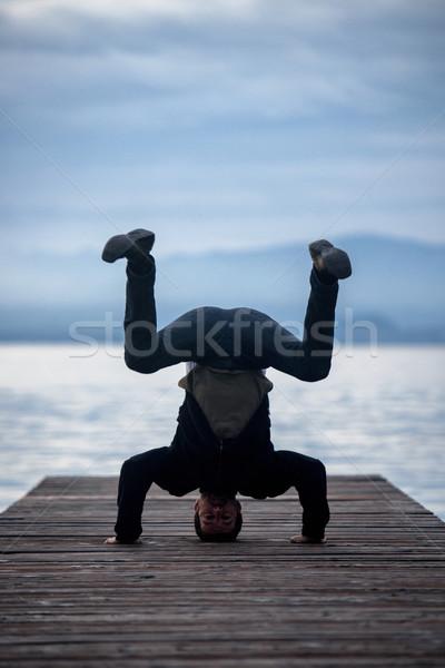 Homem em pé de cabeça para baixo vazio doca natureza Foto stock © zurijeta