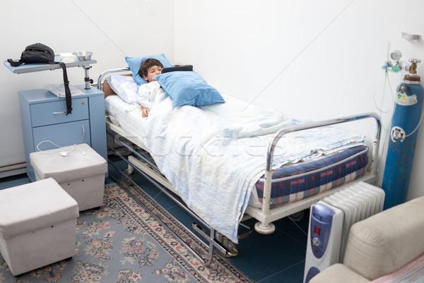 Criança paciente cama de hospital criança mão quarto Foto stock © zurijeta