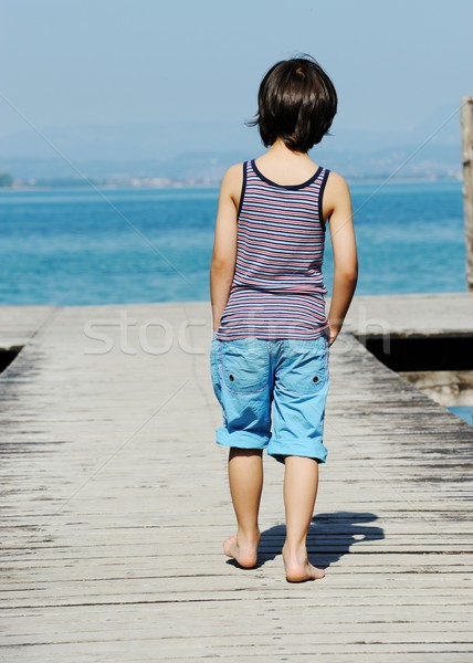 Pequeno menino caminhada doca belo mar Foto stock © zurijeta