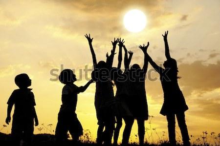 Foto d'archivio: Silhouette · gruppo · felice · bambini · giocare · prato