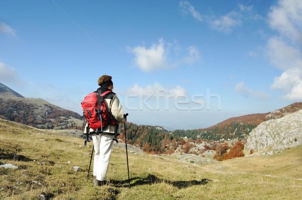 Lány csúcs hegy tájkép felhők fű Stock fotó © zurijeta
