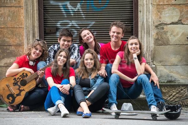 Glimlachend poseren cool groep stad vrienden Stockfoto © zurijeta