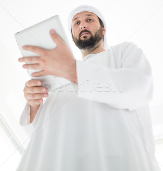 Arab férfi visel hagyományos ruházat tabletta Stock fotó © zurijeta