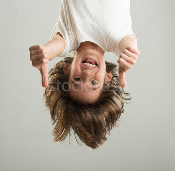 Weinig jongen opknoping ondersteboven gezicht portret Stockfoto © zurijeta
