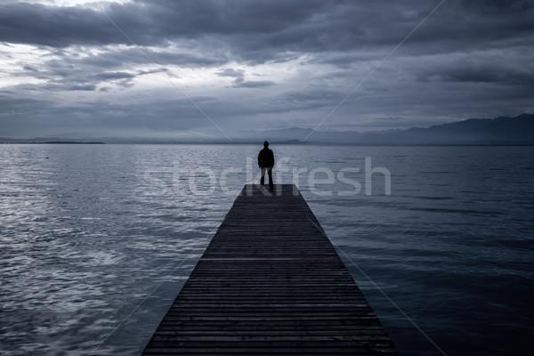 Egyedül férfi áll móló perem szürkület Stock fotó © zurijeta