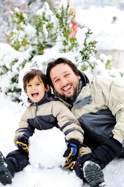Baba oğul oynama mutlulukla kar kardan adam Stok fotoğraf © zurijeta