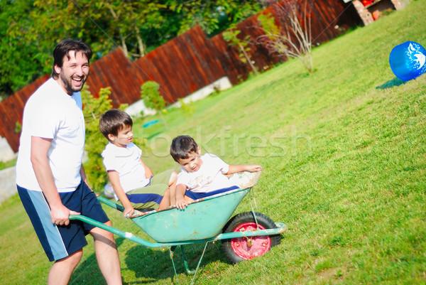 Pai branco condução meninos carrinho de mão sorrir Foto stock © zurijeta