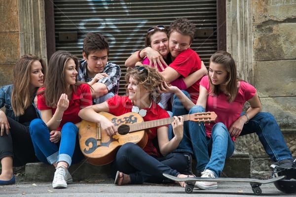 Fresco adolescentes guitarra calle ciudad Foto stock © zurijeta