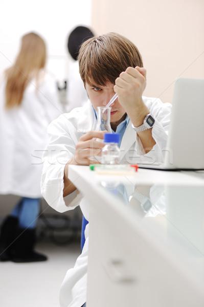 Młodych medycznych naukowiec pracy nowoczesne laboratorium Zdjęcia stock © zurijeta