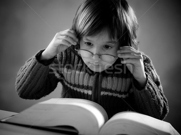 Retrato bonitinho pequeno menino estilo retro leitura Foto stock © zurijeta