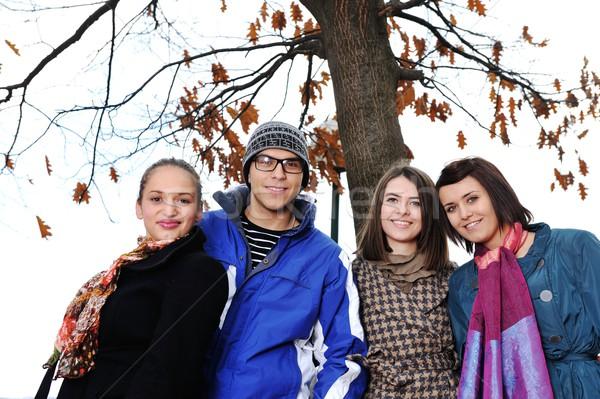 Groupe amis parc ensemble fille arbre Photo stock © zurijeta