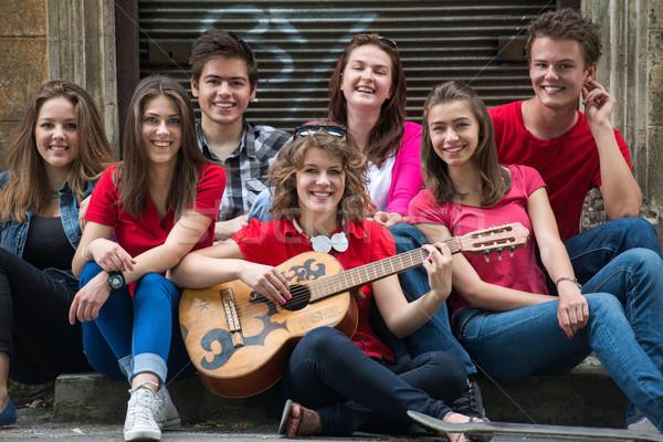 Foto d'archivio: Gruppo · amici · posa · chitarra · cool · giovani