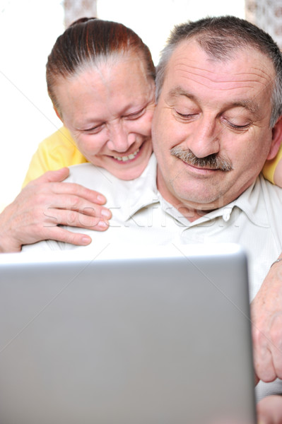 Idős nyugdíjas pár mosolyog dolgozik laptop Stock fotó © zurijeta