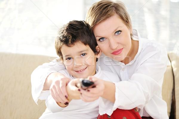 Familie vergadering woonkamer afstandsbediening vrouw televisie Stockfoto © zurijeta