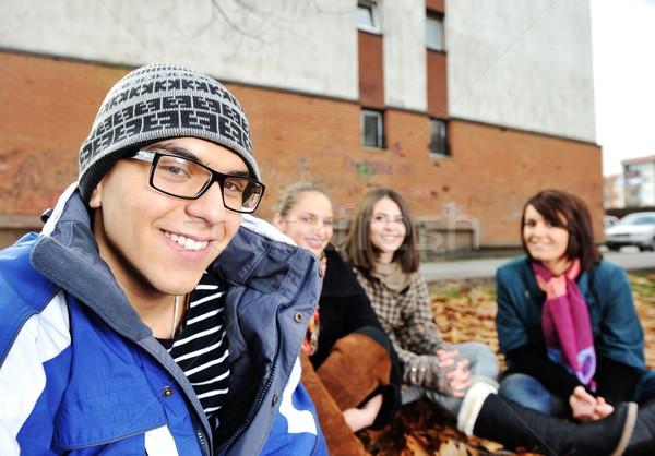 Groep vrienden park samen meisje mannen Stockfoto © zurijeta
