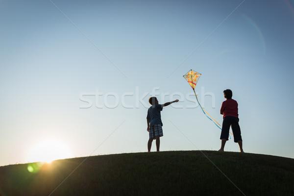 Fut papírsárkány sziluett égbolt tavasz golf Stock fotó © zurijeta
