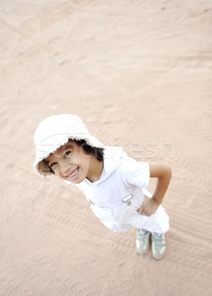 Positief cute jongen cap permanente sahara Stockfoto © zurijeta