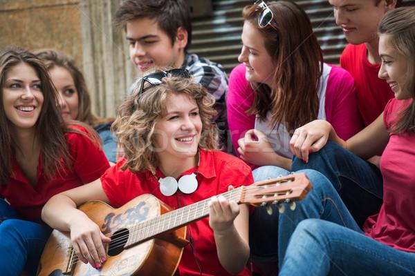 Foto d'archivio: Giovani · amici · giocare · strada · gruppo · musica