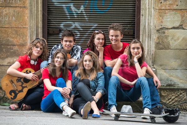 Foto d'archivio: Gruppo · cool · amici · seduta · strada · urbana · città