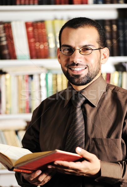 Fiatalember olvas könyv könyvtár papír iskola Stock fotó © zurijeta