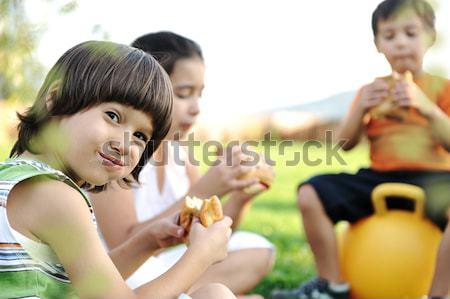 Pequeño grupo ninos naturaleza comer aperitivos junto Foto stock © zurijeta