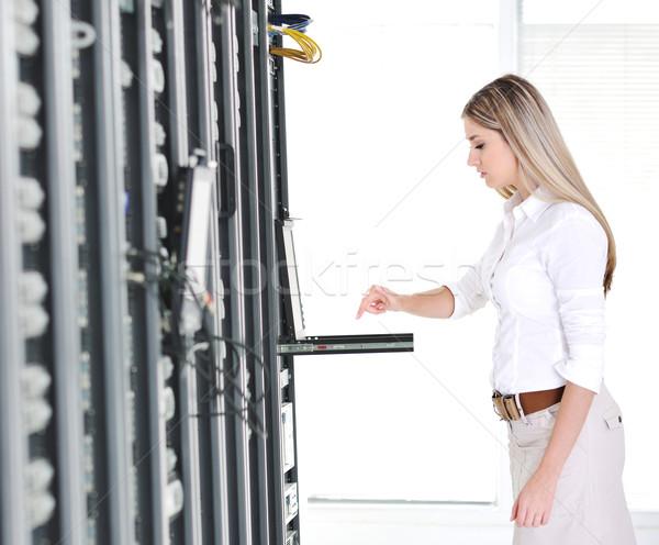 молодые женщины деловая женщина современных ноутбука сеть Сток-фото © zurijeta