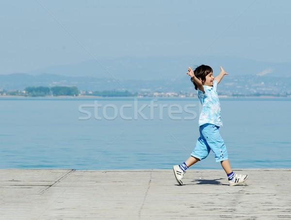 Gyerek fut tó dokk tengerpart víz Stock fotó © zurijeta