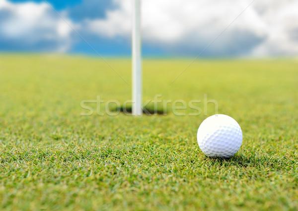 Golfbal gat grasveld hemel gras golf Stockfoto © zurijeta