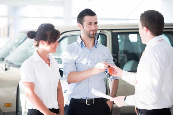 Satıcı araba anahtarları çift araba mutlu Stok fotoğraf © zurijeta