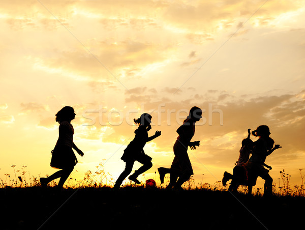ストックフォト: シルエット · グループ · 幸せ · 子供 · 演奏 · 草原
