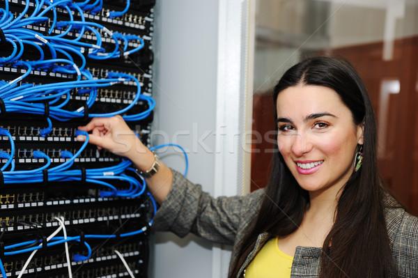 Vrouwelijke beheerder server kamer technologie veiligheid Stockfoto © zurijeta